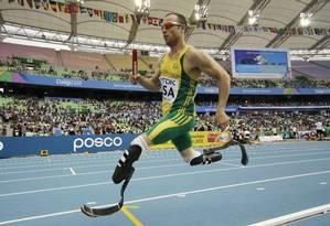 Primeiro atleta paralímpico a disputar uma prova olímpica, Oscar Pistorius foi considerado culpado pelo júri por assassinato da namorada Foto: Matt Dunham / AP