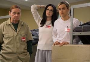 Alex (Laura Prepon, centro) e Piper (Taylor Schilling) na quarta temporada de 'Orange is the New Black' Foto: JoJo Whilden/Netflix