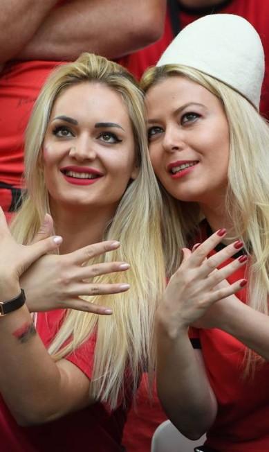 As albanesas sempre faziam o gesto do pássaro que está na bandeira do país BORIS HORVAT / AFP