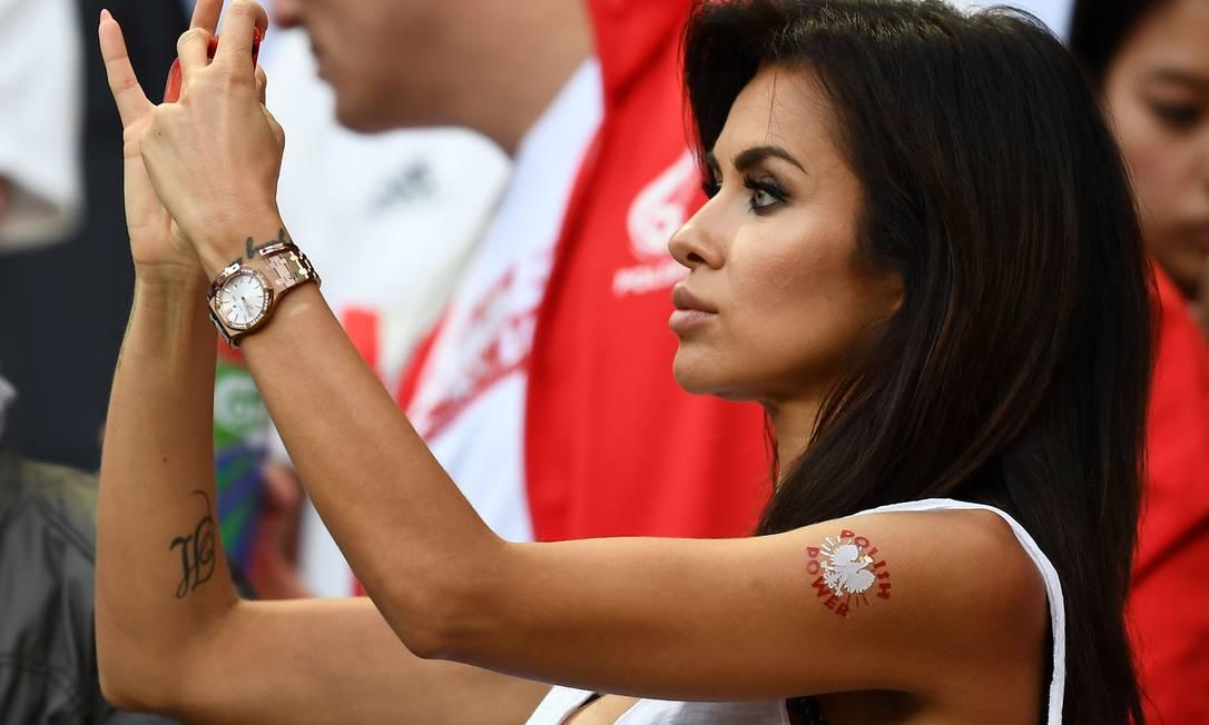 A torcedora polonesa registra imagens durante a partida contra a Alemanha FRANCK FIFE / AFP