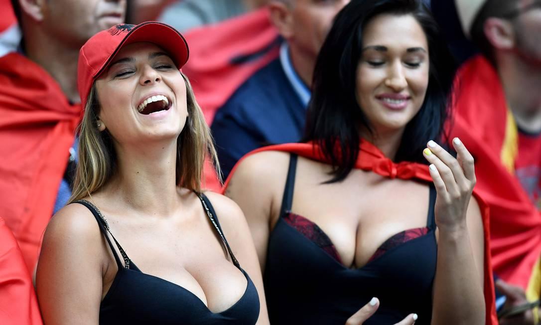 Torcedoras da Albânia no Estádio Velodrome, em Marselha, durante a partida contra a França FRANCK FIFE / AFP