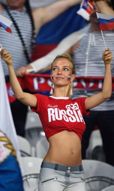 Torcedora russa agita bandeiras antes da partida contra a Eslováquia, no estádio de Pierre-Mauroy, em Lille MARTIN BUREAU / AFP