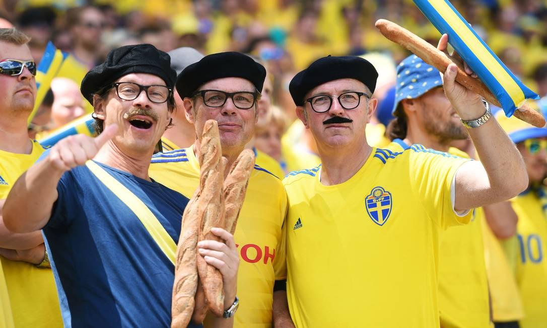 Torcedores da Suécia satirizam os franceses com boinas e baguetes, antes da partida contra a Itália, no Estádio Municipal de Toulouse REMY GABALDA / AFP