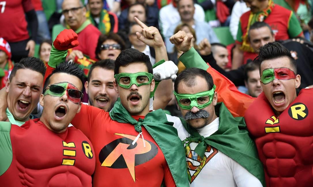 Torcedores de Portugal aguardam o início do jogo contra a Islândia, no Estádio Geoffroy-Guichard, em Saint-Etienne JEFF PACHOUD / AFP