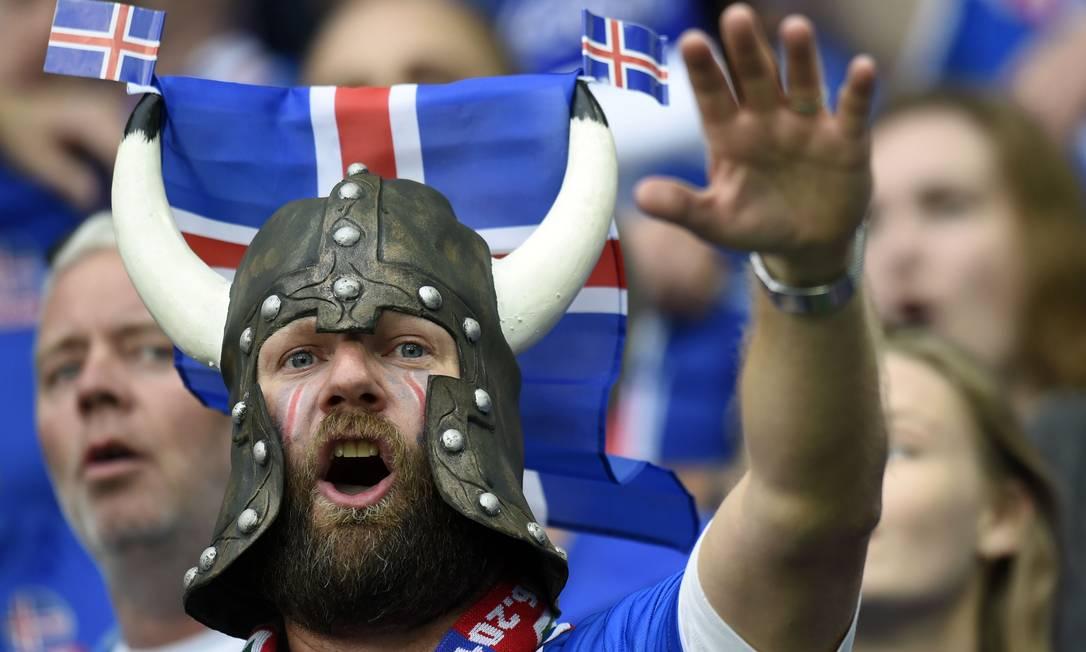 Torcedor da Islândia incentiva o time durante a partida contra Portugal PHILIPPE DESMAZES / AFP