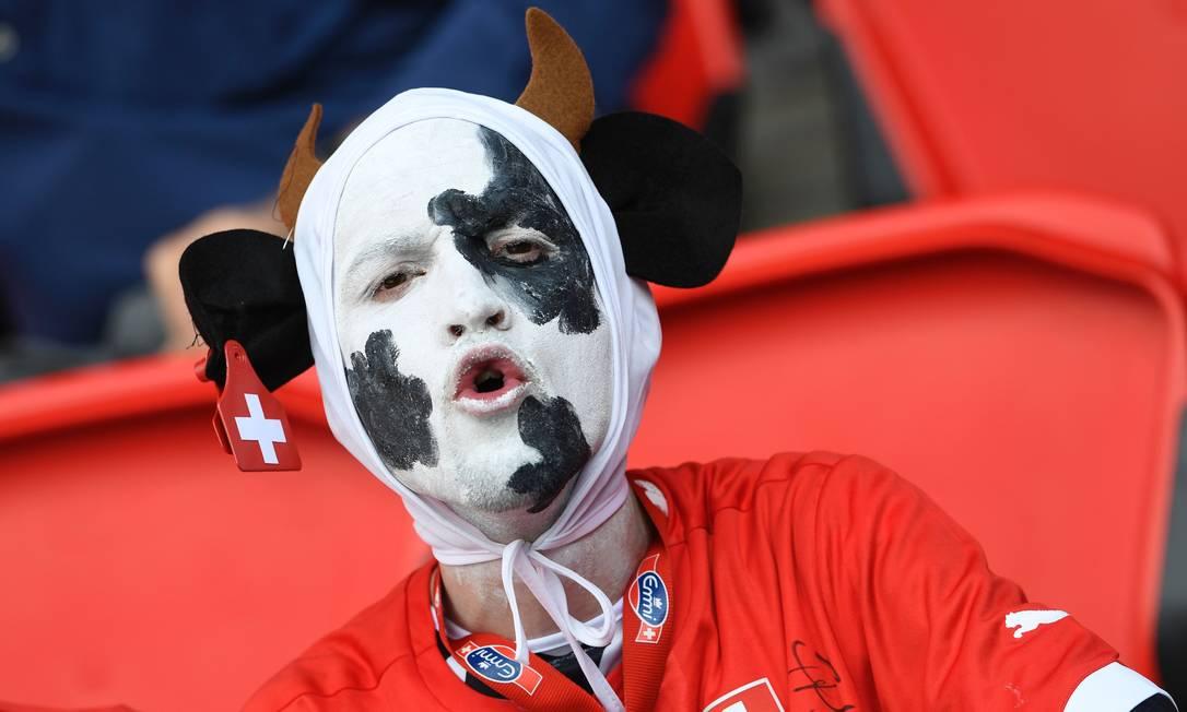 Torcedor da Suíça fantasiado de vaca durante a partida contra a Romênia, no estádio Parc des Princes, em Paris MIGUEL MEDINA / AFP
