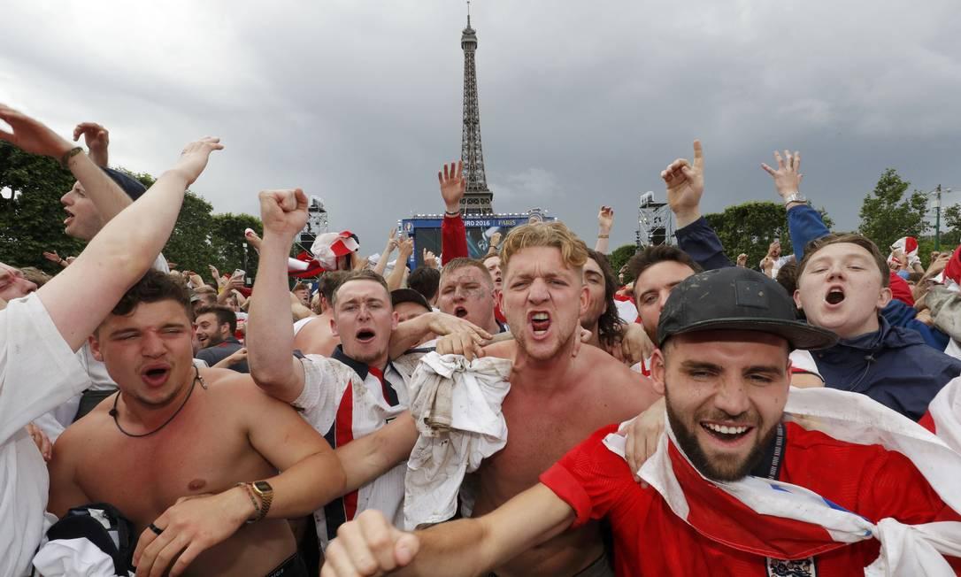 Torcedores ingleses vibram após a vitória contra o País de Gales PHILIPPE WOJAZER / REUTERS