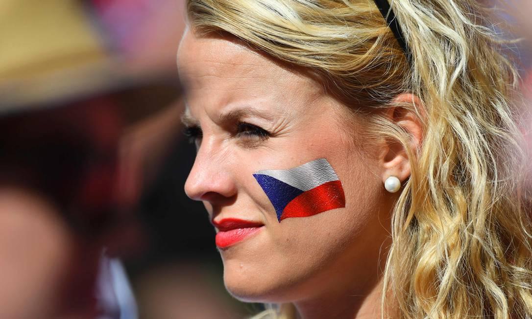 A tcheca pintou a bandeira no rosto para torcer por sua seleção JOE KLAMAR / AFP