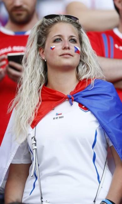 Uma das torcedoras da República Tcheca no jogo contra a Croácia Jason Cairnduff / REUTERS