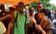 A diretora-geral da OMS, Margaret Chan, acompanha a vacinação de um homem em visita à Angola em abril