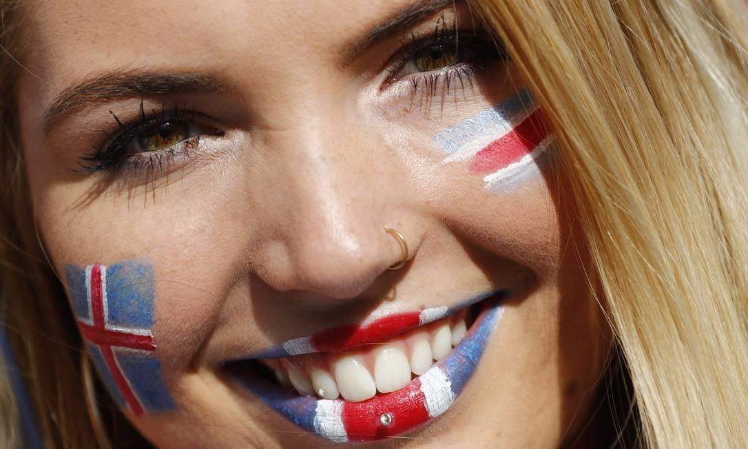 A torcedora islandesa toda pintada para acompanhar a sua seleção REUTERS/Kai Pfaffenbach