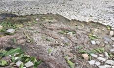 Calçada esburacada na porta da escola Foto: Foto enviada pela leitora Adriana Scheliga para o WhatsApp do GLOBO / Eu-Repórter