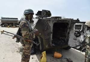 Soldados do Níger conferem tanque destruído em ataque do Boko Haram na fronteira Foto: ISSOUF SANOGO / AFP