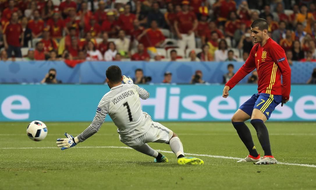 O espanhol Morata toca na saída do goleiro turco Babacan para fechar o placar em Nice Manu Fernandez / AP