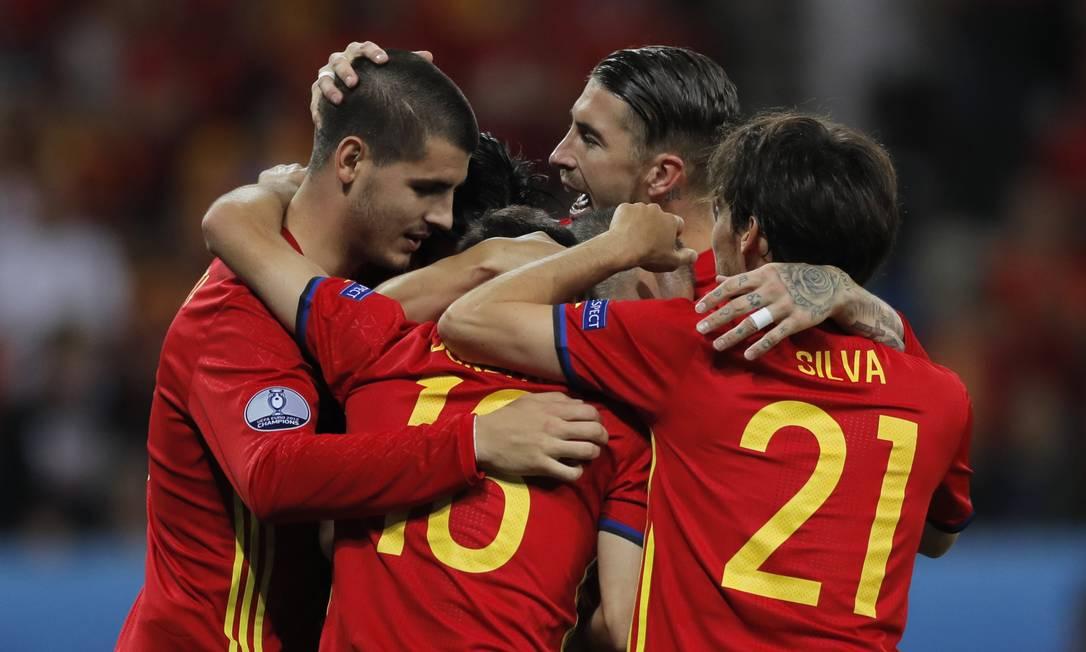 Alvaro Morata, à esquerda, comemora com os companheiros da Espanha o terceiro gol diante da Turquia Manu Fernandez / AP