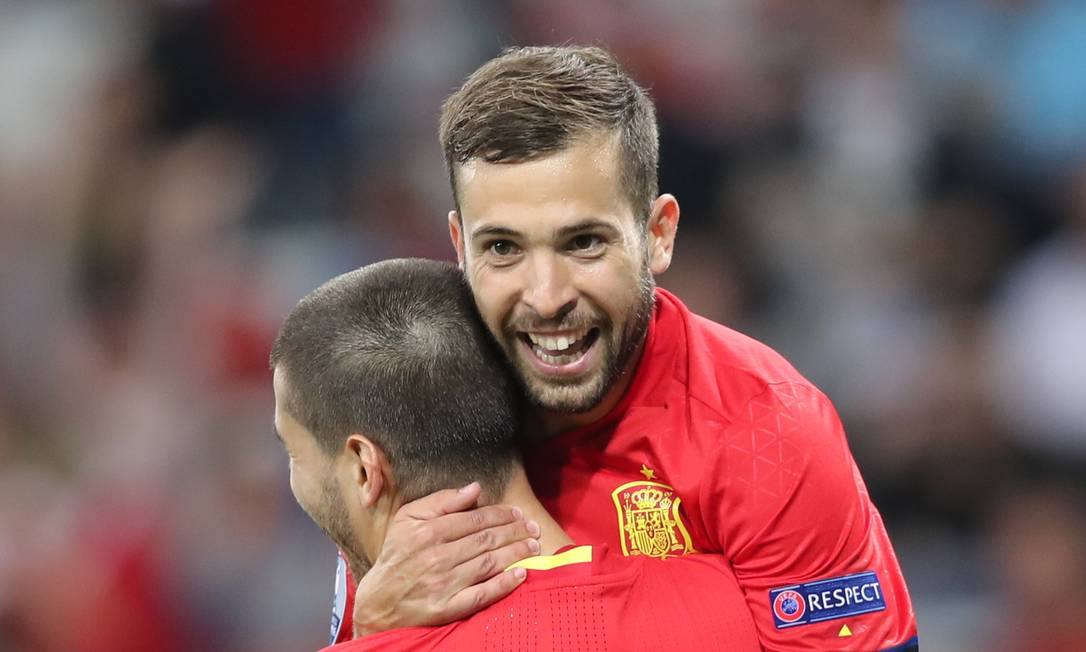 Morata é abraçado por Jordi Alba ao marcar o terceiro gol da vitória da Espanha sobre a Turquia Claude Paris / AP
