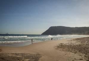 Surfistas na Praia de Itacoatiara em tarde de outono durante a semana: certificação depende de melhorias Foto: Analice Paron