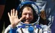 Astronauta britânico Tim Peake acena ao aterrissar em Zhezkazgan, no Cazaquistão