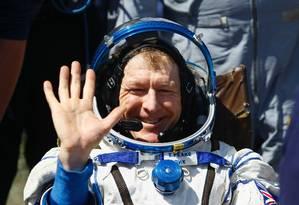 Astronauta britânico Tim Peake acena ao aterrissar em Zhezkazgan, no Cazaquistão Foto: SHAMIL ZHUMATOV / AFP