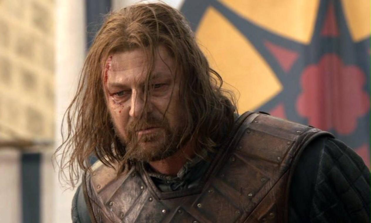Naquele abril de 2011 era impossível não pensar que os Starks eram a principal família da série e o personagem de Sean Bean, o grande protagonista. Lá no início, Eddark 'Ned' Stark recebe o rei Robert Baratheon, seu amigo pessoal, e é convidado para assumir o cargo de Mão do Rei, uma espécie de Primeiro Ministro de Westeros. Ele não poderia imaginar que a investigação da morte da Mão anterior, seu 'mentor' Jon Arryn, seria o pontapé inicial de uma disputa entre os Stark e os Lannister que levaria a sua própria execução e a uma guerra envolvendo todo o reino. Foto: Reprodução