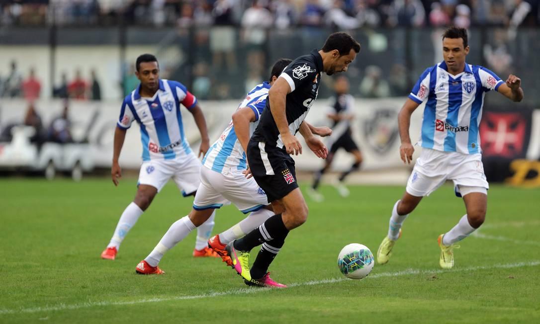 Vascaíno Nenê domina a bola, marcado por três jogadores do Paysandu Rafael Moraes