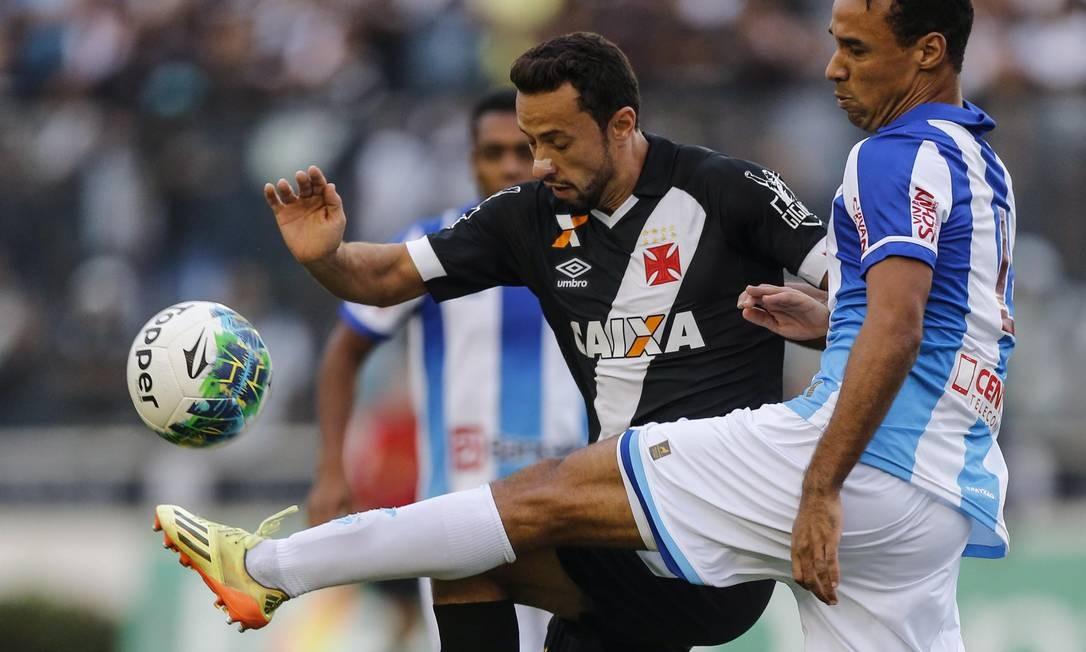 Nenê, do Vasco, é desarmado por um jogador do Paysandu Alexandre Cassiano / Agência O Globo