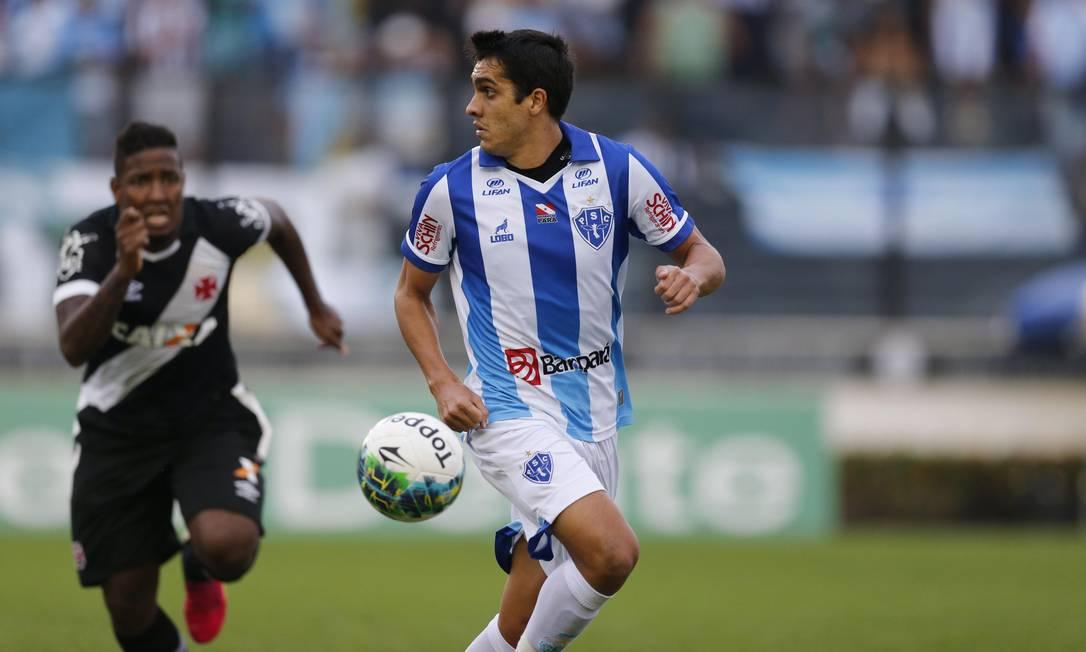 O ex-vascaíno Lucas, do Paysandu, protege a bola, enquanto Thalles tenta recuperá-la Alexandre Cassiano / Agência O Globo