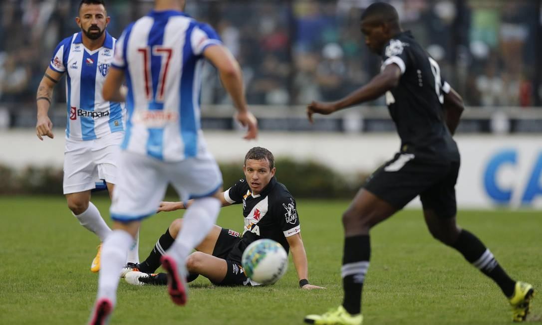 Volante William tenta recuperar a bola pra o Vasco, observado por Marcelo Mattos Alexandre Cassiano / Agência O Globo