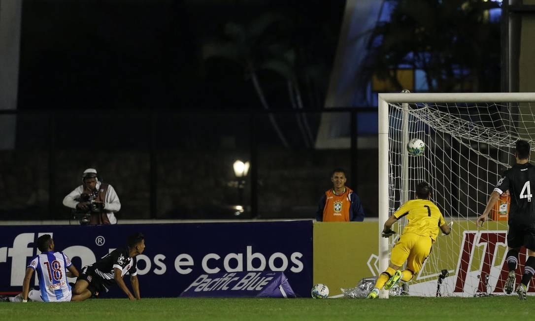 Número 18, Jhonnatan marca o segundo gol na vitória do Paysandu sobre o Vasco, em São Januário Alexandre Cassiano