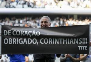 Tite exibe faixa de agradecimento ao Corinthians e à torcida em sua despedida antes de assumir a seleção brasileira Foto: MIGUEL SCHINCARIOL / AFP