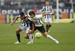 Gervasio Nuñez, do Botafogo, e Romero, do Corinthians, disputam a bola no Itaquerão Foto: Edilson Dantas