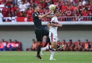 Réver disputa a bola com o argentino Calleri no empate em 2 a 2 entre Flamengo e São Pualo, em Brasília Foto: ANDRE COELHO / Agência O Globo