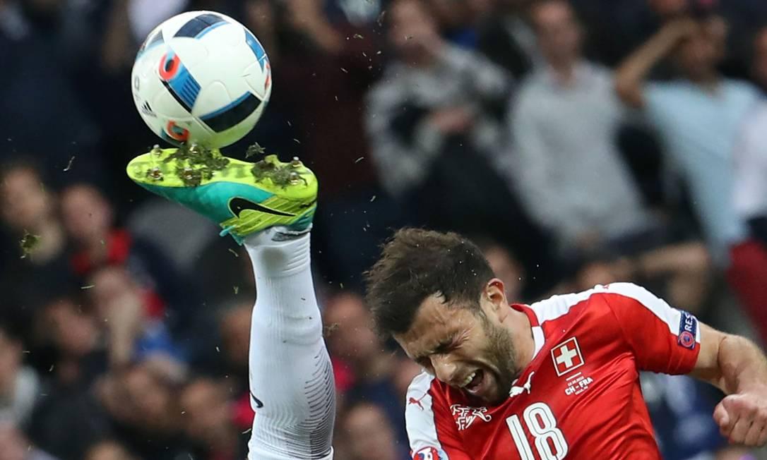 O suiço Admir Mehmedi, disputa um lance perigoso na partida contra a França, disputada no estádio Pierre-Mauroy, em Lille KENZO TRIBOUILLARD / AFP