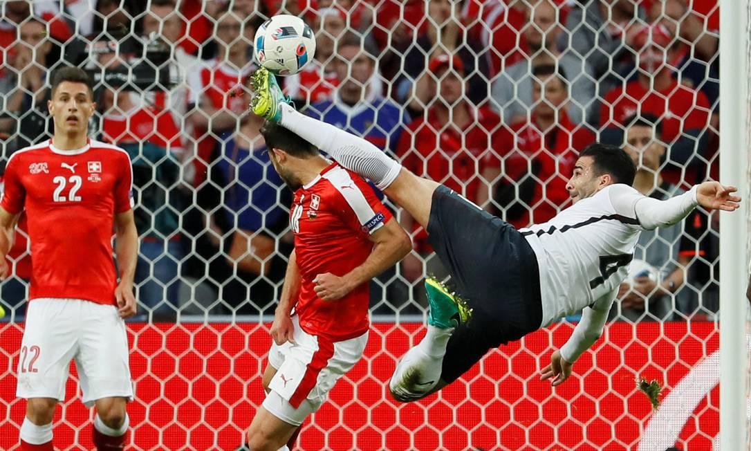 O jogador da equipe francesa Adil Rami, chuta a bola na cabeça de Admir Mehmedi, da seleção da Suíça Gonzalo Fuentes / REUTERS