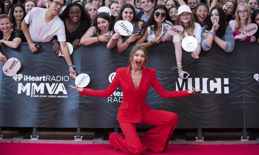 A modelo americana caprichou nas caras e bocas com os fãs que a aguardavam passar pelo tapete vermelho Arthur Mola / Arthur Mola/Invision/AP