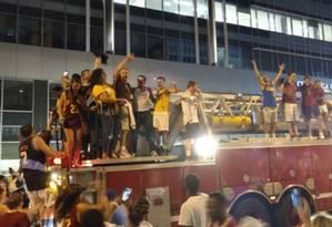 Os torcedores do Cleveland Cavaliers subiram no caminhão dos bombeiros para comemorar o título Foto: Reprodução