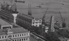 O Cais do Porto na Av. Rodrigues Alves: à esquerda, o Palacete D. João VI, hoje parte do Museu de Arte do Rio (MAR), erguido entre 1913 e 1918 para sediar a Inspetoria de Portos, Rios e Canais. À direita, o Terminal Marítimo de passageiros do Píer Mauá Foto: 26/12/1959