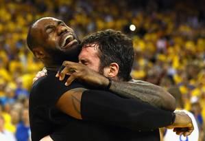 LeBron James chora abraçado a Kevin Love após a conquista do Cleveland Cavaliers Foto: EZRA SHAW / AFP