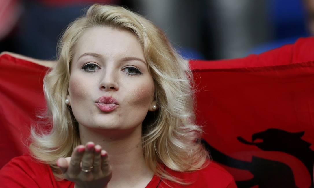 A torcedora albanesa manda beijos durante a vitória da Albânia sobre a Romênia ROBERT PRATTA / REUTERS