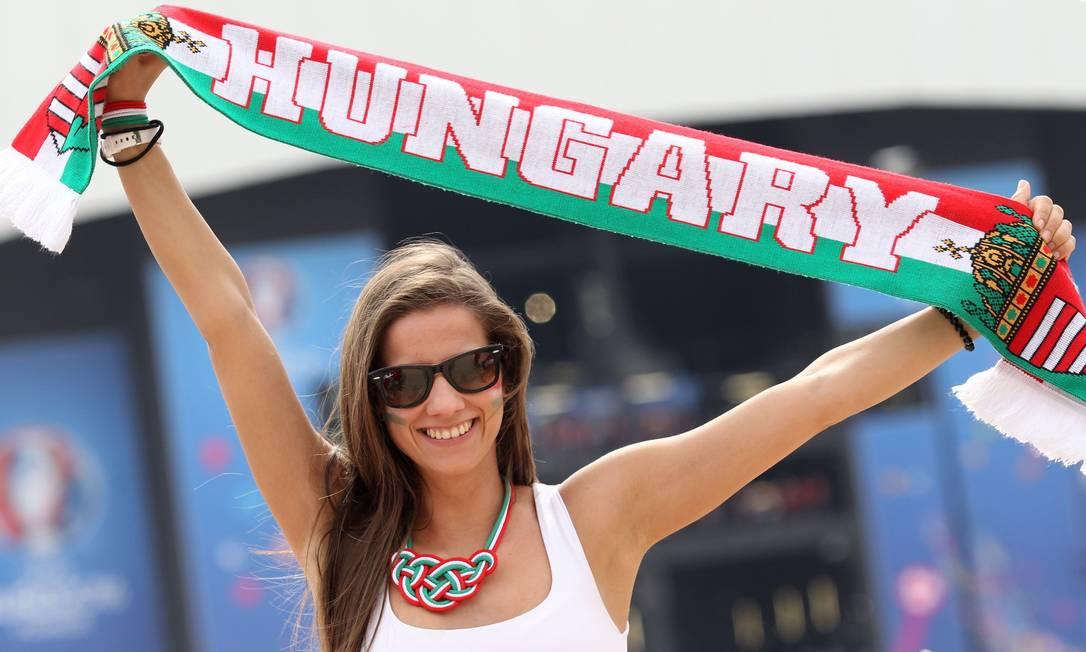 A torcedora da Hungria antes do jogo contra a Islândia AFP PHOTO / Jean-Christophe MAGNENET