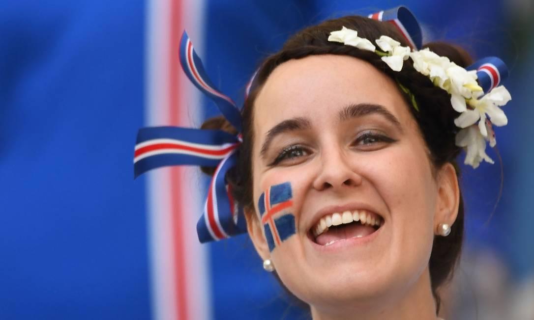 A islandesa com o rosto pintado para apoiar a sua torcida AFP PHOTO / BORIS HORVAT