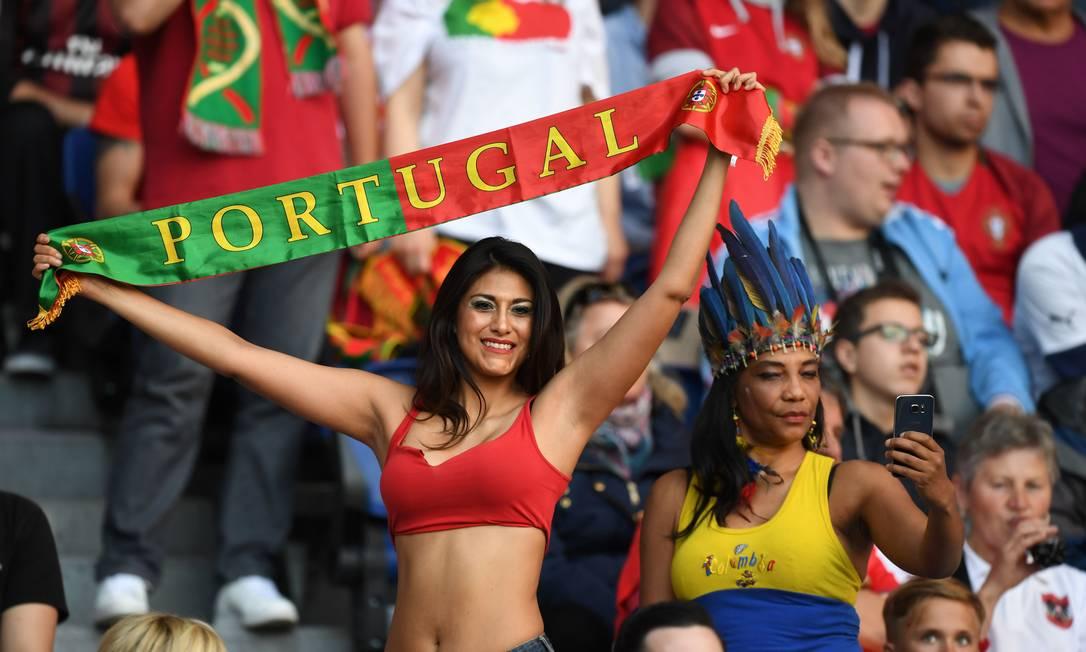 A torcedora portuguesa apoiando a seleção de Cristiano Ronaldo contra a Áustria FRANCISCO LEONG / AFP
