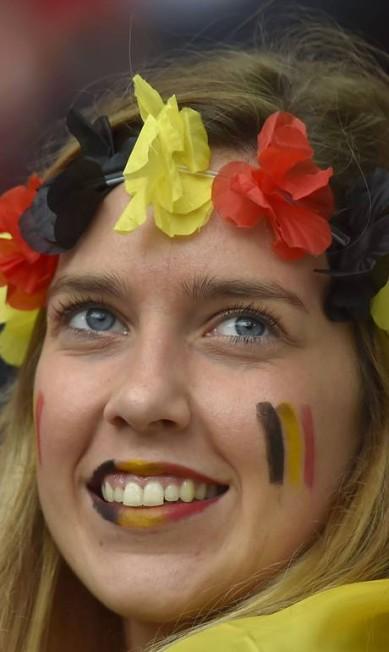 A torcedora belga toda pintada para apoiar a sua seleção AFP PHOTO / LOIC VENANCE