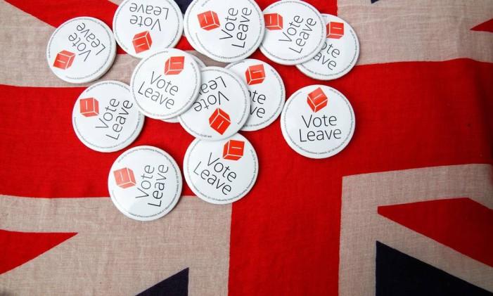 Broches da campanha a favor da saída da Uniao Europeia. As circunstâncias econômicas não são otimistas no caso do Brexit. Foto: Luke MacGregor / Bloomberg
