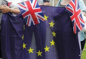 Bandeiras do Reino Unido e da União Europeia em evento organizado por grupos contra o Brexit Foto: DANIEL LEAL-OLIVAS / AFP