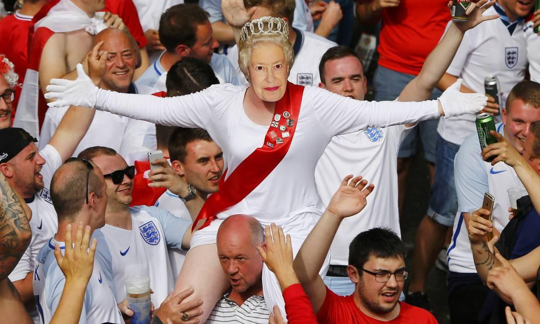 Teve até Rainha da Inglaterra em meio a torcedores e latinhas de cerveja para apoiar a Inglaterra contra a Eslováquia em Saint Etienne WOLFGANG RATTAY / REUTERS