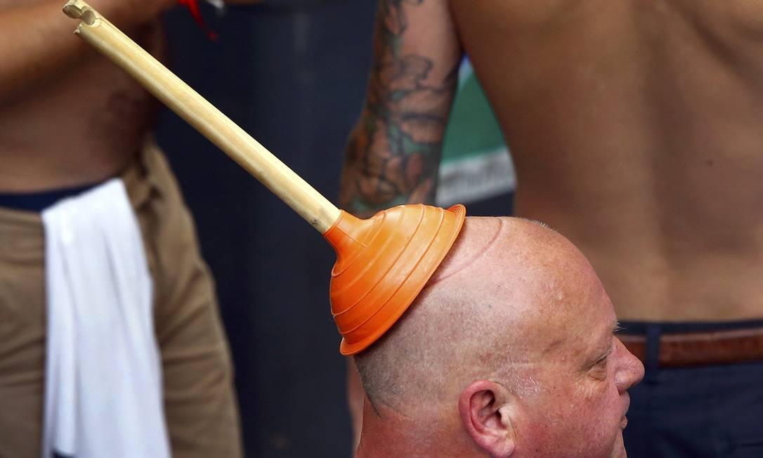 Esse aí improvisou um chapéu que vai ganhar o prêmio de mais criativo e esquisito da Eurocopa: ingleses antes do jogo da seleção da Inglaterra contra a Eslováquia WOLFGANG RATTAY / REUTERS