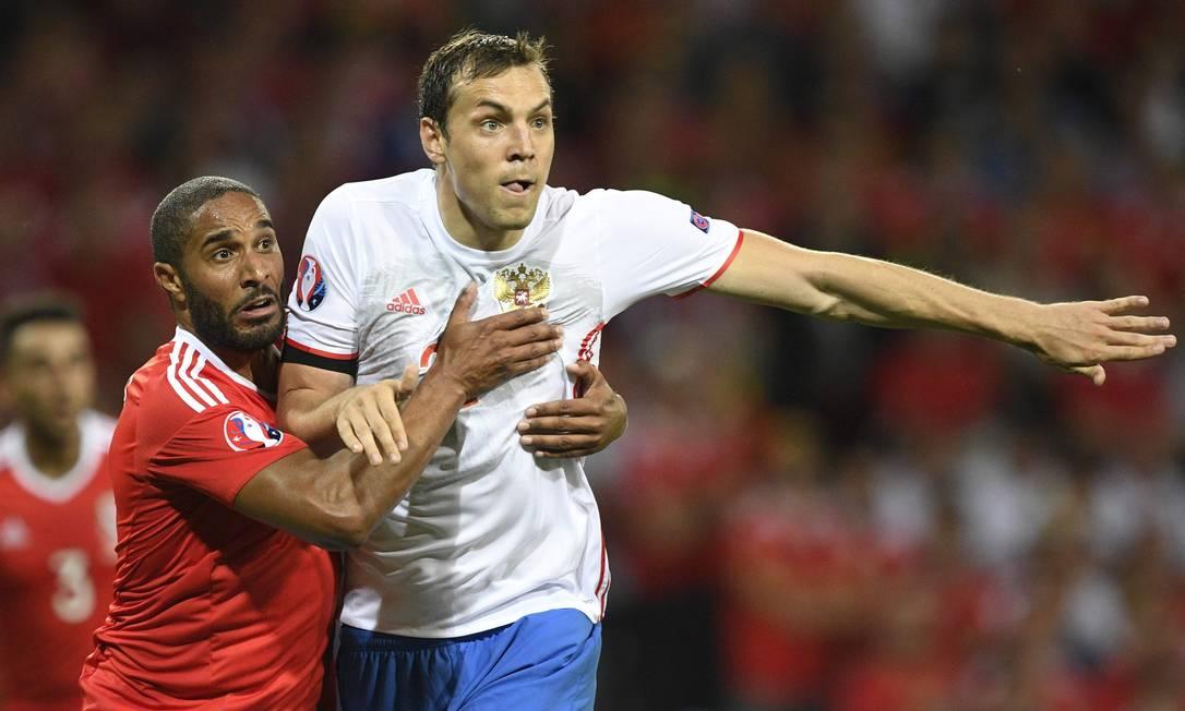 Ashley Williams, do País de Gales, segura Artem Dzyuba durante a partida contra a Rússia, no Estádio Municipal de Toulouse MARTIN BUREAU / AFP