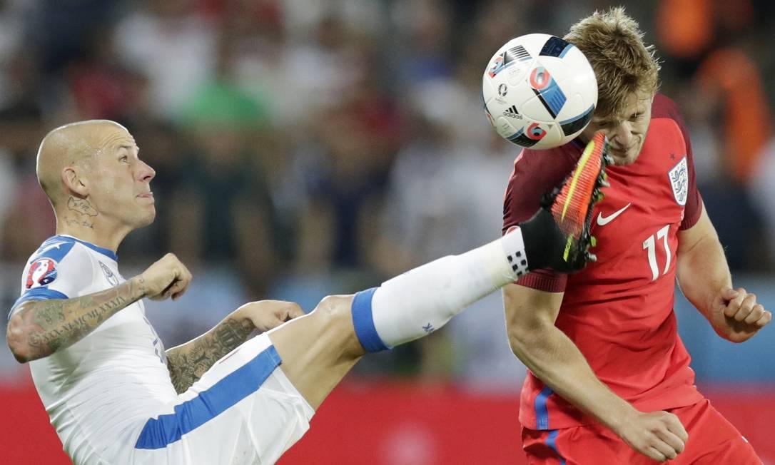 Martin Skrtel (esq), da Eslováquia, disputa um lance com o inglês Eric Dier, durante a partida entre Eslováquia e Inglaterra no estádio Geoffroy Guichard, em Saint-Etienne Pavel Golovkin / AP