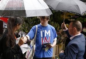 Em Londres, estudante faz campanha pela permanência do Reino Unido na União Europeia Foto: LUKE MACGREGOR / REUTERS